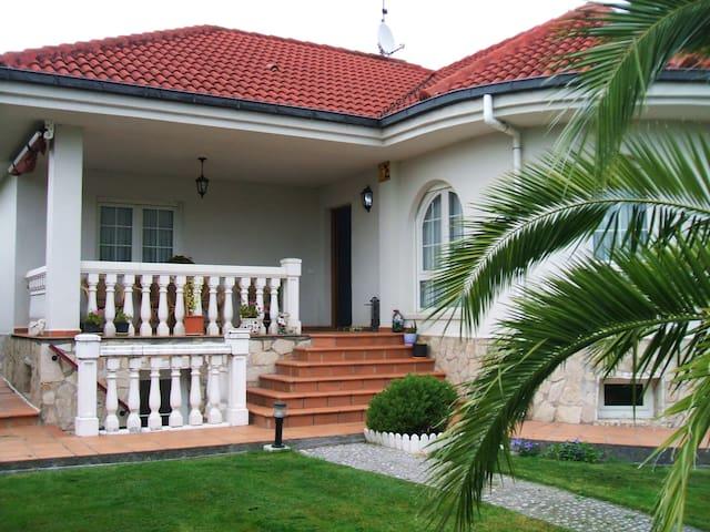 Chalet en urbanización privada con piscina - San Mamés de Meruelo - Chalet
