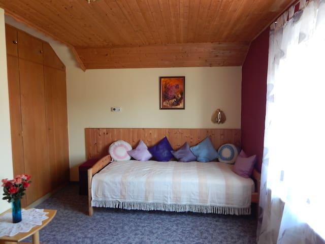Schlafzimmer 4 - Bett: 1 m x 2 m - im 1. Stock