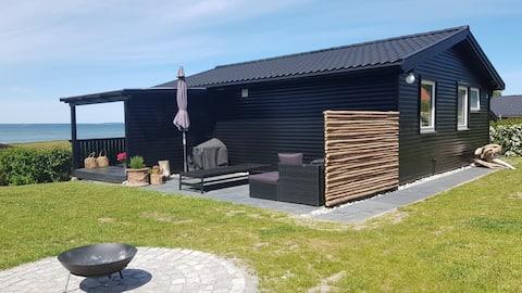 Casa de campo con vistas panorámicas al mar en un paisaje idílico