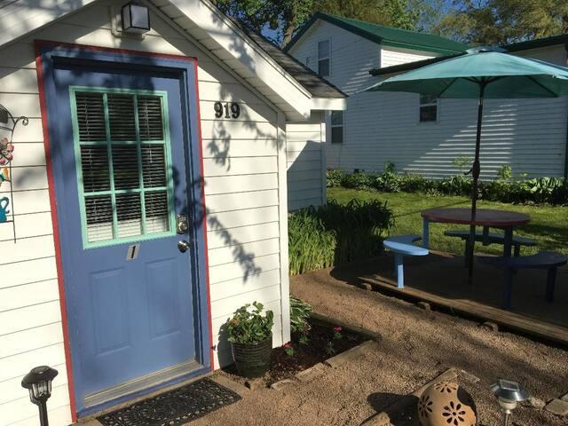 1 BR Cottage w/ Lake views 1 hour to Niagara Falls