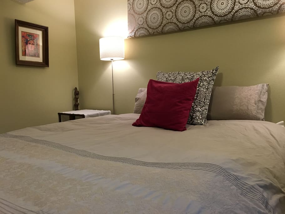Down duvet, soft and comfy bed, 100% cotton linen and extra pillows, with big fluffy towels for your shower