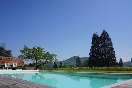 Gite dans parc arboré avec piscine - Marnoz