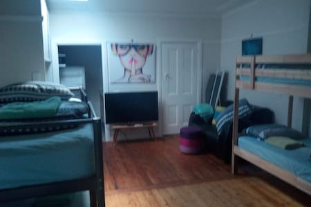 PRIVAT STUDIO AC WIFI PARKING TRAIN - Guildford - Hus