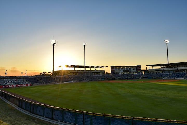 Você sabia que é possível se hospedar em um estádio inteiro de beisebol através do Airbnb?