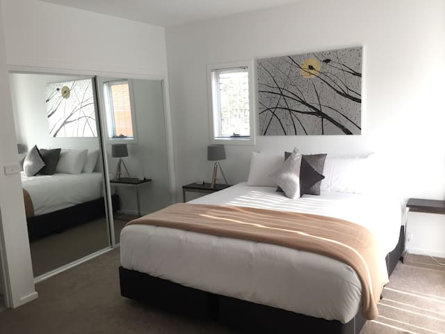 Hobart's Heart, CBD, Sleeps 10, no cleaning fee
