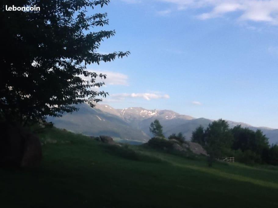 Vue sur les Pyrénées à partir du terrain devant l'appartement