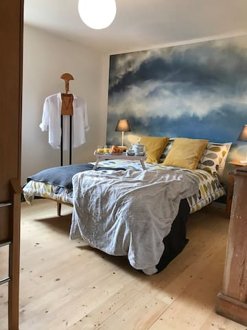 Stylish cottage with stunning views, nr Bath