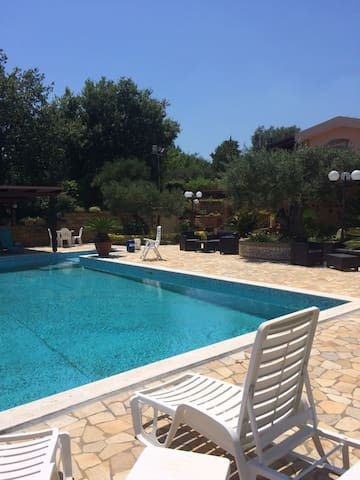 villa con piscina località pietragrande caminia