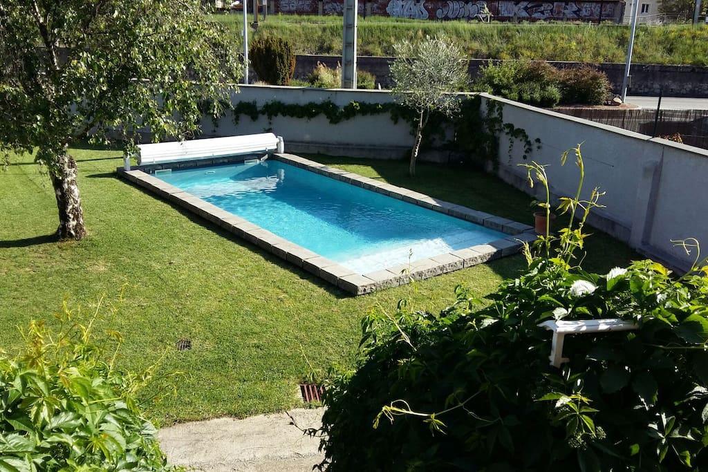 Piscine et mur de cloture autour de toute la propriété pour votre tranquillité. Couverture piscine de sécurité piur les enfants.