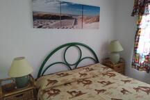 camera da letto matrimoniale con armadio a muro due comodini e due abat jour.