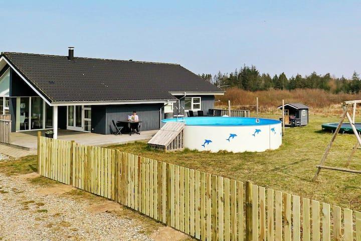 Kindvriendelijke woning met een zwembad in Brovst