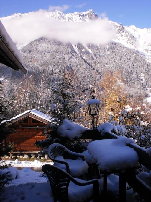 Chalet entouré par les montagnes, à l'orée des bois, et à 2 minutes en voiture du centre-ville et du téléphérique de l'Aiguille du Midi