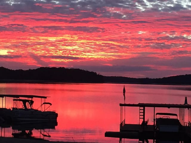 Lake Hartwell, SC 5 Private bedrooms/baths(Hosted)