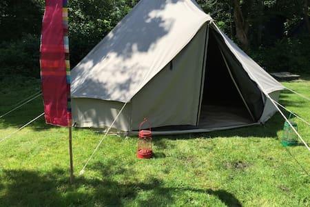 Bell tent 500 met 2 matrassen en picknicktafel - Elahuizen