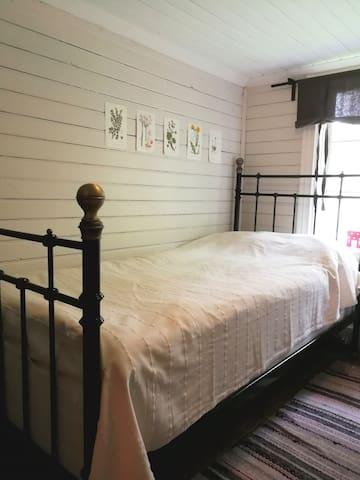 Sovrum 2 med enkelsäng / Bedroom with single bed