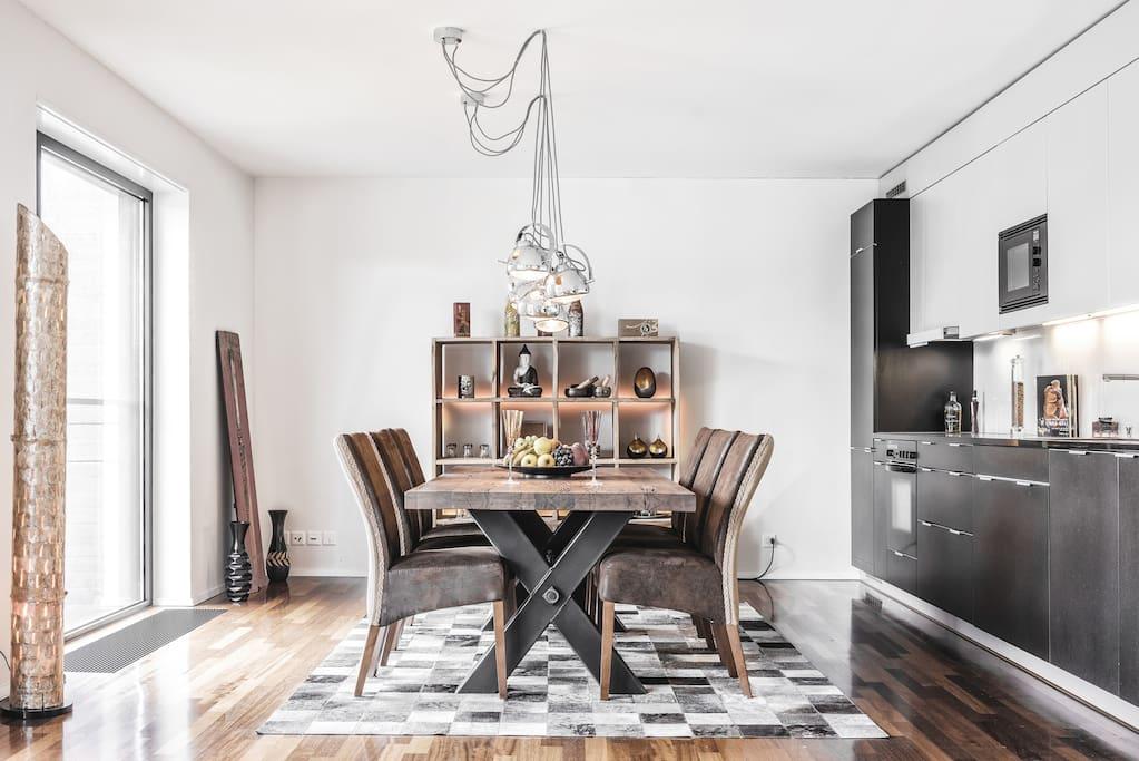 Das Esszimmer mit einem massiven Holztisch und 6 Stühlen