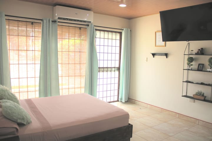 NEW COZY SPACE 5 min drive to beach - AC, kitchen+