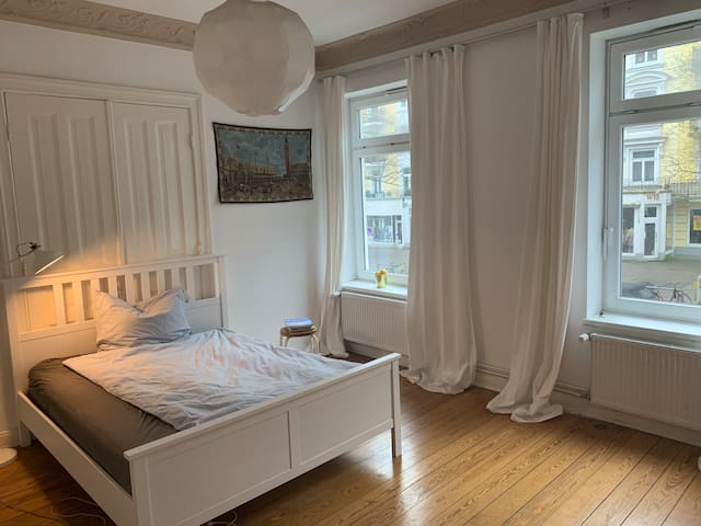 Large, quiet & cozy room in central Hamburg