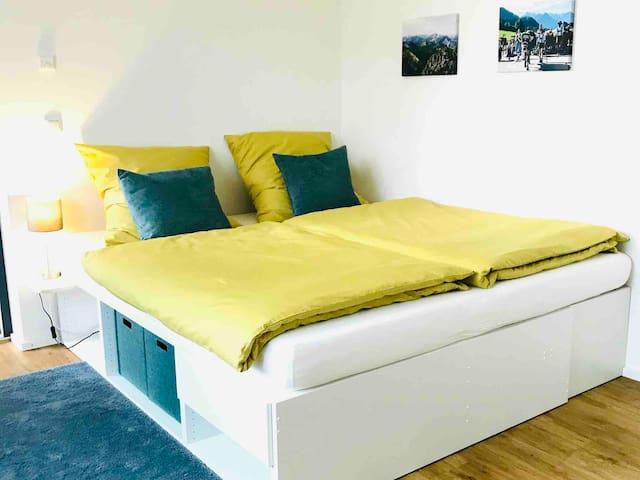 Großes gemütliches Bett (180 x 200 cm)