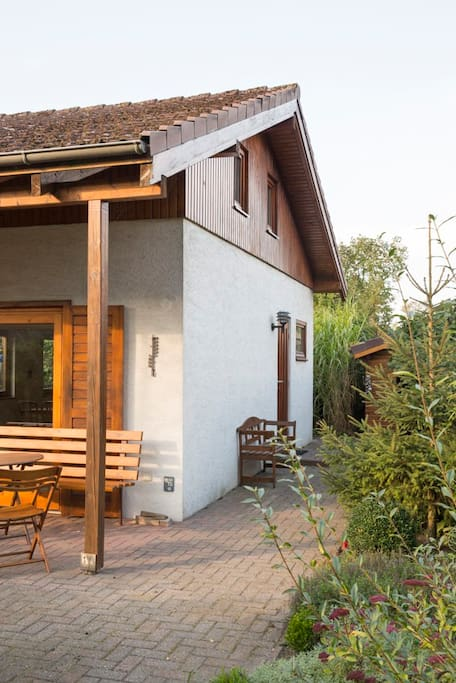 Das Ferienhaus mit Terrasse und Garten.