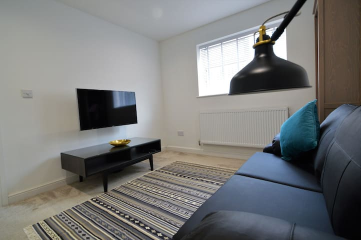 Sleeps 5, parking, central location + Gym!