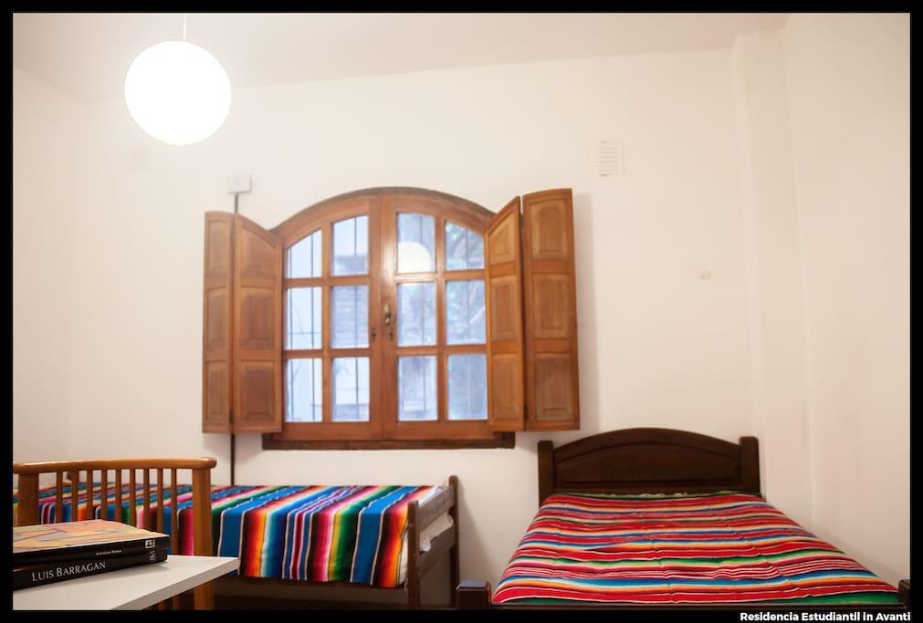 Habitación 1: Habitación doble con baño PRIVADO y con vista al jardín. Tiene Aire Acondicionado Frío/Calor. Cuenta también con escritorios y placard personales.