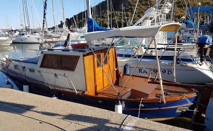 Dormire in barca su gozzo caprese Anzio