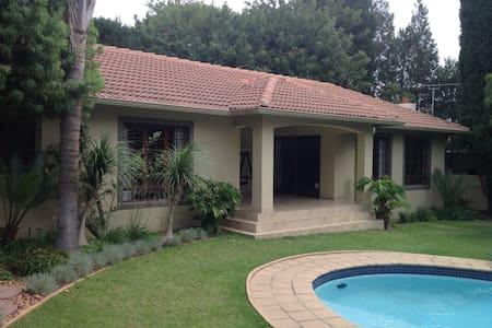 Cozy 2 bedroom garden cottage in secure estate - Sandton
