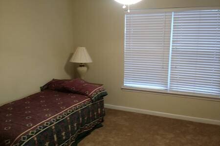 Private room and bath near hospital - Knoxville