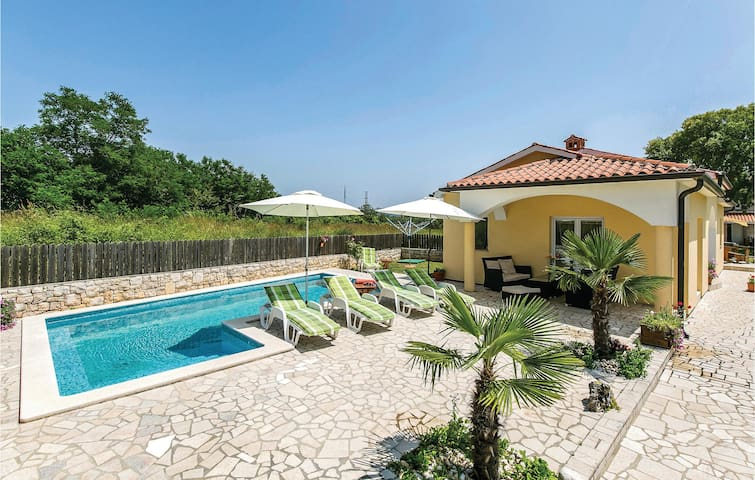 Holiday cottage with 4 bedrooms on 128 m² in Vrecari