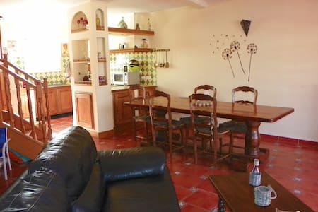Chambre au pied d'un volcan - Fontès - House