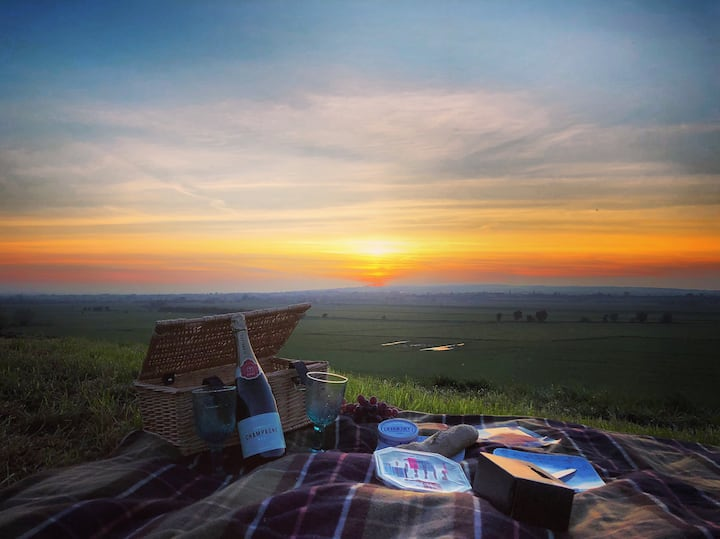 En-suite, hot tub, champagne picnic & breakfast