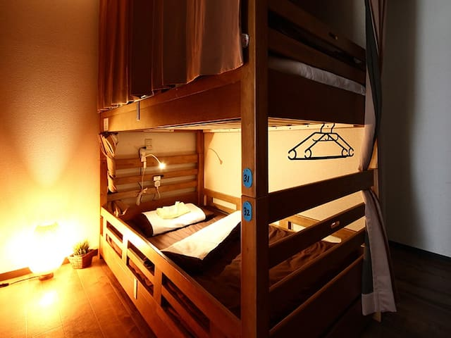 Every bed comes with curtains, reading light and a socket. 全てのベッドに遮光カーテン、読書灯、コンセントが完備されております。