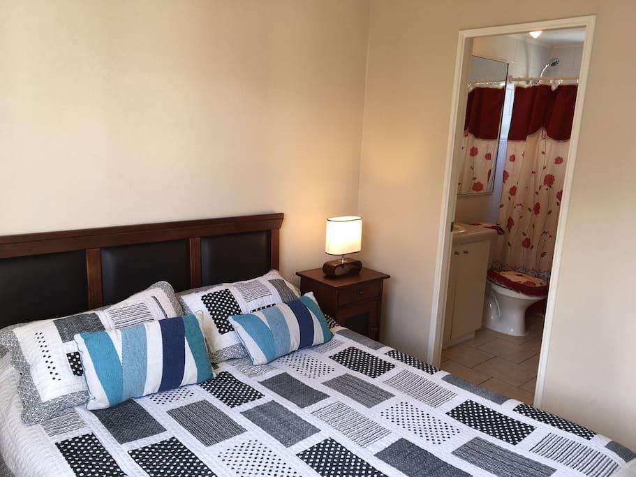 Dormitorio en suite con baño privado