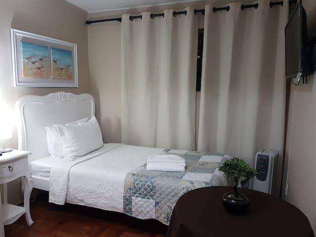 Habitación single, con baño compartido con otra habitación, incluye desayuno, wifi, cable, aire acondicionado, aseo diario y acceso a estacionamiento