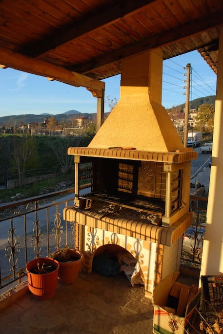 One of the 4 balconies. This is one has the barbeque.  Ένα απο τα 4 μπαλκόνια. Διαθέτει και μπάρμπεκιου.