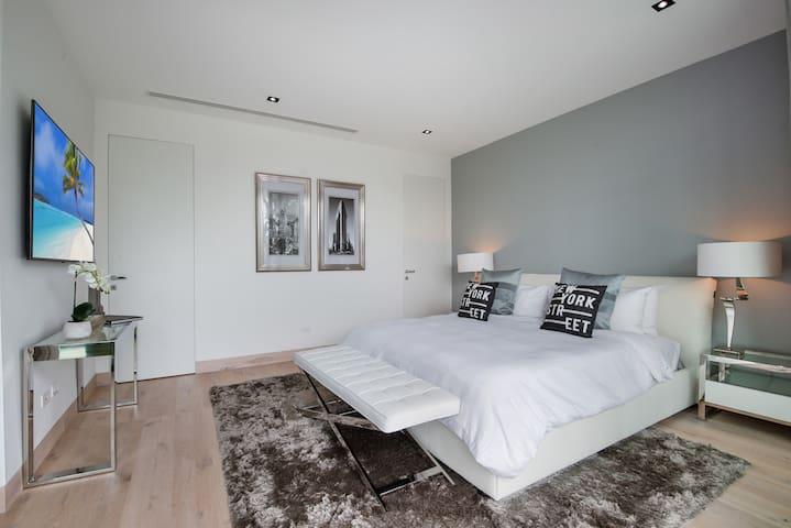 New York Bedroom - King bed - 2nd floor