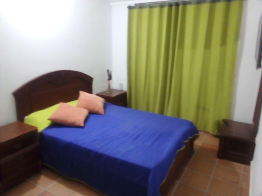 Habitacion con cama doble y tv