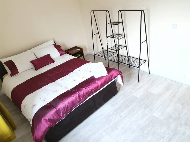 King Bed in Modern Spacious Room Cambridge nearA14