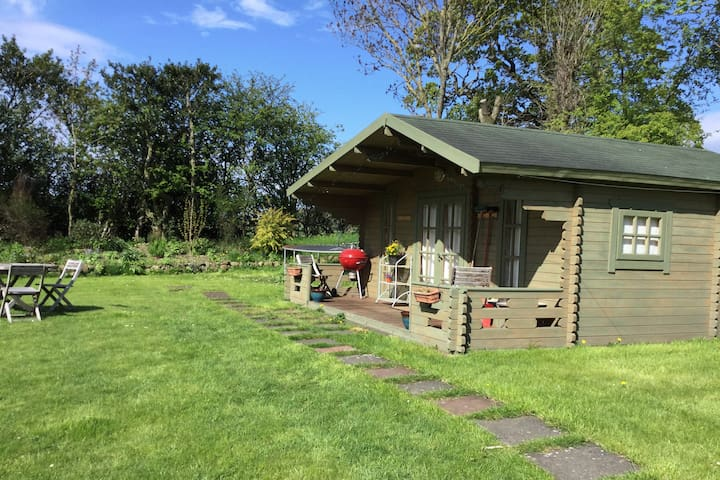 Cosy cabin, sleeps 4, close to Airport and City