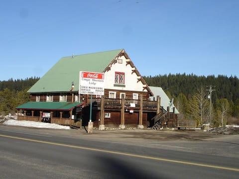 Cougar Mountain Lodge & Restaurant - Room 5