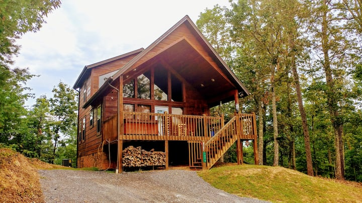 SECLUDED, NEWLY UPDATED CABIN WITH VIEWS! HOT TUB