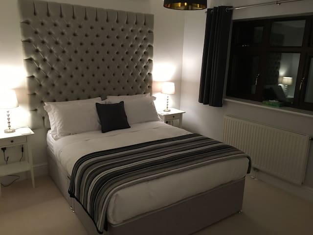 Modern Ensuite Double Room with King Size Bed - Bromsgrove