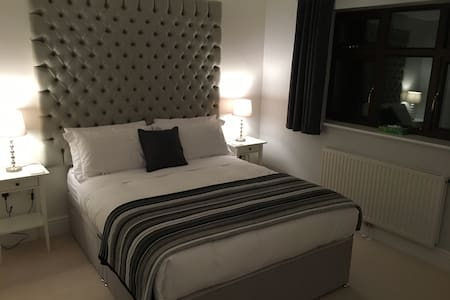 Modern Ensuite Double Room with King Size Bed - Bromsgrove - 一軒家