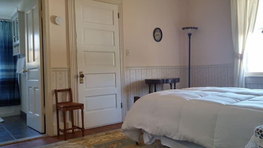 Private Room & Bath-Share Huge Home near Dahlgren