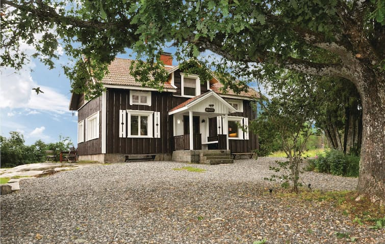 Former farm house with 4 bedrooms on 120m² in Årjäng