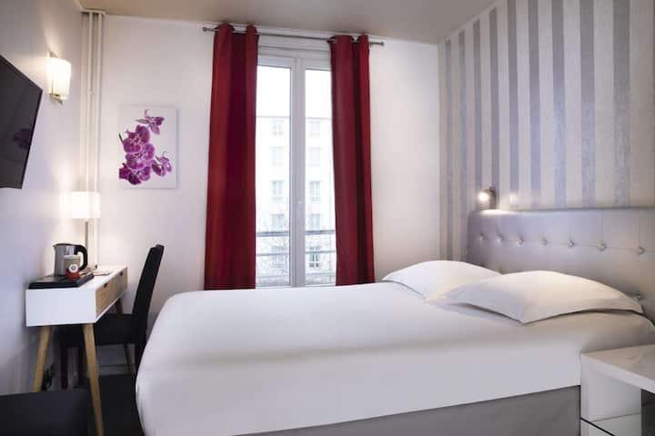 Jolie chambre avec un lit simple