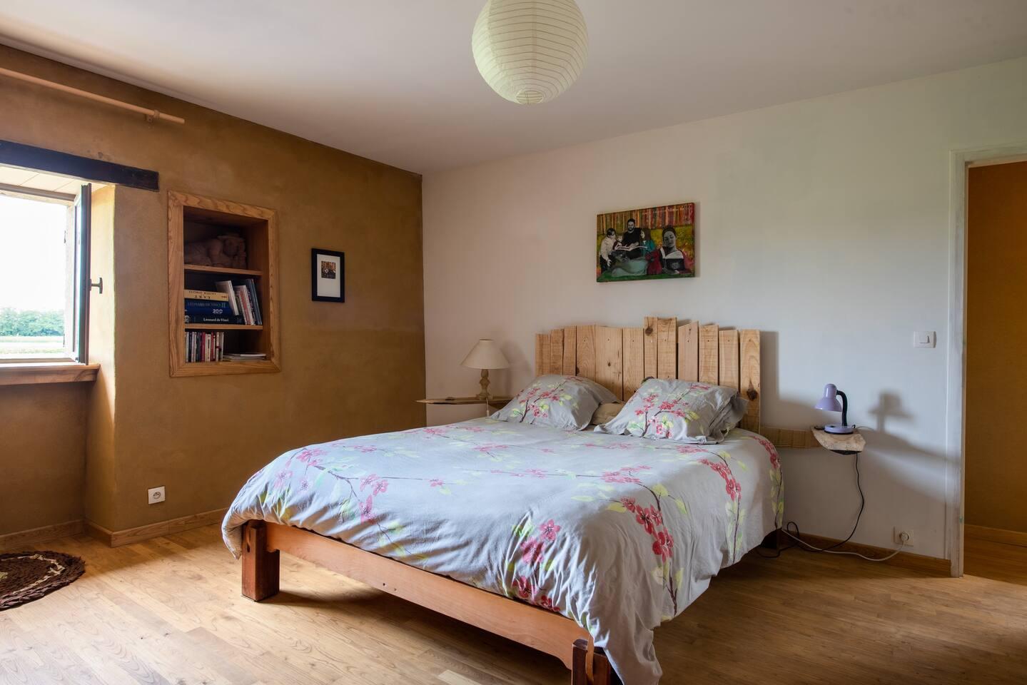 Le lit avec sa belle tête de lit en bois de pin non traité créée par Samuel