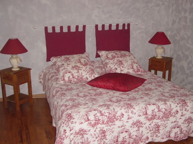 CHAMBRES D'HOTES LES SARMENTS - Fougueyrolles - Bed & Breakfast