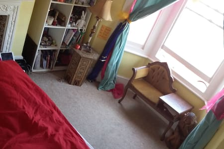 Bright double room in shared house - Londen